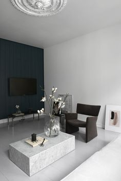 Some beautiful interior design tips of the use of dark, or black, interior elements in your summer home decor!