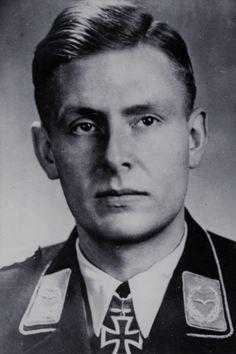 Major Helmut Viedebantt (1918-1945), Ritterkreuz 30.12.1942 als Oberleutnant und Staffelkapitän in der II./Zerstörergeschwader 1 ✠ 3 Luftsiege. Am 1 Mai 1945 bei Wusterhausen auf einen Versorgungsflug nach Berlin tödlich abgestürzt, da sich der Fallschirm an der Versorgungsbombe zu früh öffnete und in den Propeller geriet.
