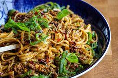 Veganska Dan Dan Nudlar | Jävligt gott - vegetarisk mat och vegetariska recept för alla, lagad enkelt och jävligt gott. Tahini, Wok, Noodles, Spaghetti, Yummy Food, Ethnic Recipes, Macaroni, Delicious Food, Woks