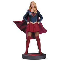 Statuette Supergirl de la série Tv Supergirl de Warner Bros. en résine taille env. 33 cm sur socle logo. Modèle sculpté par Adam Ross, fini et peint à la main en édition limitée à 5000 exemplaires.