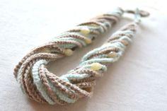 Collana con catenelle di lana all'uncinetto e perline