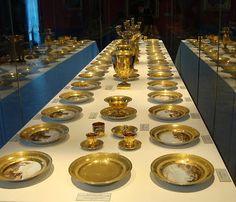 """Arts décoratifs Premier Empire - """"Service à tableaux"""" de Joséphine et d'Eugène de Beauharnais. Vue d'une cinquantaine de pièces présentées au château de Malmaison. (Les deux services constituaient un ensemble de 312 pièces ; une centaine de pièces sont conservées au musée de l'Ermitage)."""