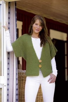 Fast Knit Vest Pattern in Raggi yarn - knit this garter-stitch vest with penguin sleeves in just a weekend! Perfect for beginning knitters. by DeeDeeBean Knit Vest Pattern, Knitting Patterns, Knitting Yarn, Free Knitting, Simple Knitting, Beginner Knitting, Knitting Sweaters, Knitting Needles, Jackets