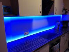 Küchenspiegel aus satinierten farbigen Acrylglas mit LED Lichtleiste hinterlegt