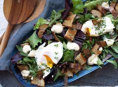 Få her opskriften på en skøn salade Lyonnaise med bacon æg og en skøn lækker dressing - perfekt til frokost mv - få opskrift her