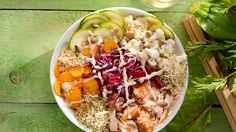 For a light and fresh supper, try this recipe of salmon dragon bowl from Trois fois par jour. Poke Bol, Dragon Bowl, Cooking Sheet, Alfalfa Sprouts, Cauliflower Curry, Grilled Salmon, How To Eat Paleo, One Pot Meals, Healthy Recipes