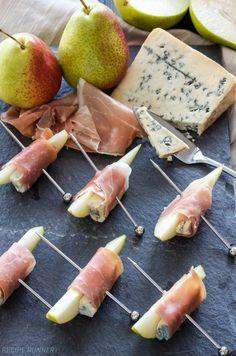 pichos sabrosso hechos de jamón, queso amarillo y queso azul con peras, ideas de tapas fáciles sabrosas y ricas