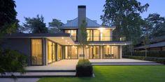 Eigentijdse stijlvolle villa Zeist Villa Design, House Design, Pergola, Glass Facades, Timber Frame Homes, Grand Designs, Modern Classic, Building Design, Garden Inspiration