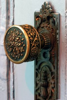 ✿ڿڰۣ(̆̃̃•Aussiegirl  Scrolled Brass doorknob and door plate.