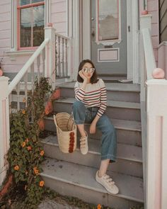 Interessting outfit for September - ChicLadies. Model Poses Photography, Moda Ulzzang, Ootd Poses, Best Photo Poses, Foto Casual, Ulzzang Korean Girl, Instagram Pose, Korean Street Fashion, Ulzzang Fashion