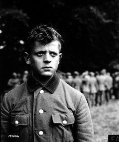 Portrait d'un très jeune prisonnier de la Wehrmacht. Son regard noir et inquiet est remarquable