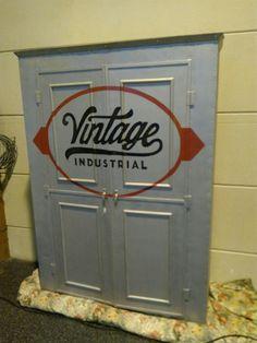 Vintage kast van plaatstaal,leuk maar heel zwaar.