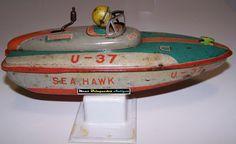 Meus Brinquedos Antigos (My Old Toys): 1950s A lancha Sea Hawk U-37 foi produzida nos anos 50 pela japonesa ALPS e é movida à corda. O brinquedo é feito de lata e reproduz uma pequena lancha de corrida