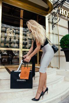 AFTER A LONG SHOPPING DAY IN PARIS.. Kjol – Borninstockholm / T-shirt – Zara / Heels – Guess Fashion look by Molly Rustas