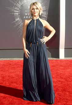 Julianne Hough struck a pose in a navy gown with a keyhole opening and an open back at the 2014 VMAs. So elegant!
