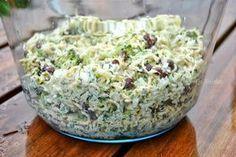 Przepis przyniesiony z pracy. Szybka i prosta w przygotowaniu sałatka. U mnie pojawiła się na niedzielnym grillu. Składniki: brokuł 2 zupki chińskie puszka czerwonej fasoli średnia cebula 2 ząbki czosnku koperek sól, pieprz majonez Wykonanie: Brokuły podzielić na różyczki i ugotować na parze. Ostudzić i podzielić na jeszcze mniejsze kawałeczki. Cebulę drobno posiekać, można też sparzyć ją wrzątkiem dzięki czemu będzie mniej ostra. Makaron z zupki chińskiej i część przyprawCzytaj dalej...