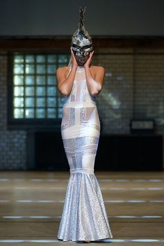 Eine Traum-Vision in weiß, dieses Art-Deco-Hochzeitskleid ist die perfekte Wahl für die gewagte Braut. Sie werden aussehen wie eine Göttin.