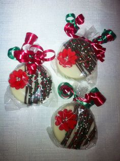 Red Flower / Red Poinsetta Chocolate Covered Oreos for Christmas by Experience Creativitee .. Order todayto get it in time for xmas :) Click the photo to make an order or to check out the rest of our etsy shop!   www.facebook.com/experiencecreativitee Instagram:experience_creativitee