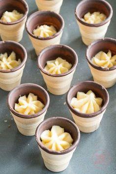 Diese Waffelmuffins machen nicht nur Spaß beim Essen! Schon das Backen und Dekorieren der kleinen Kuchen in der Waffel ist ein Riesenspaß für Kinder.