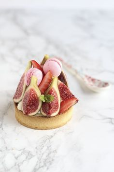 Strawberry and fig tart-lets with mini macaroons, yum!