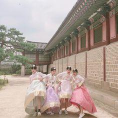 Mode Ulzzang, Ulzzang Korea, Ulzzang Girl, Korean Best Friends, Korean Traditional Dress, Korean Girl Photo, Girl Friendship, Korean Hanbok, Best Friend Photos