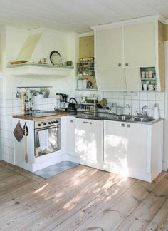 Skurgolv i köket. Foto: Erika Åberg Kitchen Stove, Old Kitchen, Kitchen Dining, Kitchen Decor, Grey Interior Design, Shabby, Interior Design Living Room, Home Kitchens, Blogg