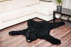 Шкура медведя выполнена из черных помпонов. Благодаря своей нейтральной окраске, медведь впишется в интерьер любого тона.   #медведь #мишка #потапыч #шкура #помпон #пумпон #тепло #уют #вязание #ручнаяработа #fashion #home #handmade #уют@artpompon