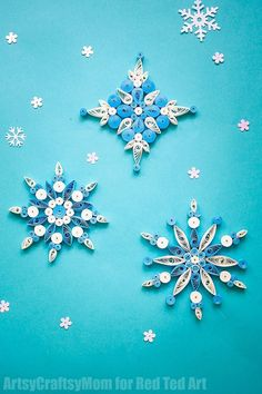 These DIY Christmas Ornaments are simply stunning! If you love quilling, you will adore this Quilling Pattern! Diy Christmas Snowflakes, Quilling Christmas, Snowflake Ornaments, Paper Snowflakes, Paper Quilling For Beginners, Quilling Techniques, Paper Quilling Designs, Quilling Craft, Quilling Ideas