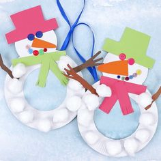This Paper Plate Snowman Wreath is adorable! With button eyes and a cheeky smile… This Paper Plate Snowman Wreath is adorable! With button eyes and a cheeky smile no-one will be able to resist! This simple paper plate snowman craft… Continue reading → Kids Crafts, Winter Crafts For Kids, Easy Christmas Crafts, Diy For Kids, Craft Projects, Christmas Snowman, Clay Crafts, Felt Crafts, Craft Ideas