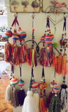 Crochet charms with yarn scraps! Pom Pom Crafts, Yarn Crafts, Diy And Crafts, Arts And Crafts, Boho Diy, Boho Decor, Cultural Crafts, Tassel Curtains, How To Make Tassels