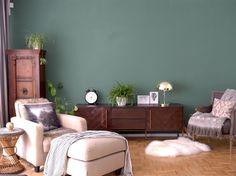 Green feature wall, mid-century modern sideboard, moody walls allthelittledetails.de