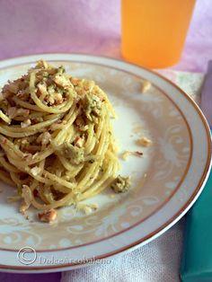 Gli spaghettini al pesto di broccoli e noci sono un primo piatto facile perfetto per i menù, festivi o di tutti i giorni. The spaghetti with pesto broccoli and walnuts are a first easy dish perfect for menus, holidays or everyday.