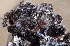 série Siderophyllite-Polylithionite var. Zinnwaldite. Betafo, Vakinankaratra Region, Antananarivo Province, Madagascar Taille=5.5 x 8.6 x 7.3 cm Photo e-Rocks