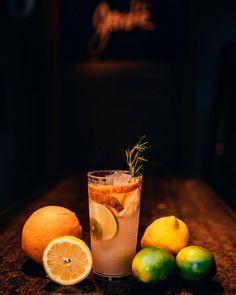Só pra lembrar que hoje é sexta-feira, dia de tomar um drink especial! ▶ Copo Pixel, sua textura do copo é interna, possibilitando a sua personalização. 💧Capacidade de 400 ml, ideal para diversos drinks e bebidas. 🌈 Diversas cores disponíveis 📥 Orçamento via direct ou whatsapp, link na BIO. 📸 @brunobasila #brindes #brindespersonalizados #brindepersonalizado #copo #copos #copopersonalizado #copospersonalizados #brindescorporativos #coposparadrinks #bartender #bar #barman #drink #sextou… Man, Lime, Fruit, Food, Corporate Gifts, Colors, Ideas, Texture, Beverages