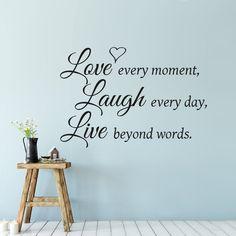 Positieve muurteksts muursticker met de tekst love every moment laugh every day live beyond words. Mooie muurtekst muurdecoratie voor de woonkamer. Inspiratie ideeen voor de muur.