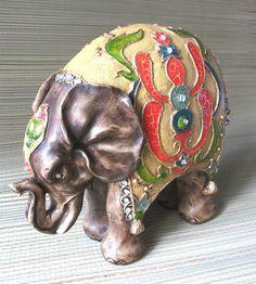 Elefante em gesso, pintado e com espelhos, com 33cm de altura. PreçoR$85,00