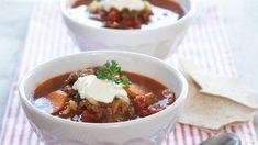Kjøttdeig er basis for denne raske suppen. Med spisskummen, eller spisskarve, får suppen en sterk og pirrende smak. Chili, Food Porn, Food And Drink, Beef, Soups, Chile, Chilis, Soup, Ox