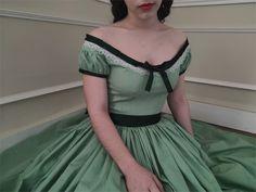 Robe style Sissi en coton vert. Linen Dresses, Day Dresses, Dresses For Work, Sissi, Civil War Dress, Childrens Sewing Patterns, Hoop Skirt, Silk Gown, Maternity Wear