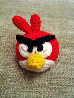 Llavero Amigurumi Angry Birds Rojo - Patrón en Español aquí: http://desvanamigurumi.blogspot.com.es/2013/07/patron-llavero-amigurumi-angry-birds.html