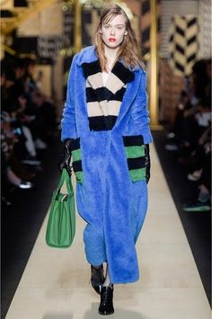 New Arrivals Max Mara Fall Winter 2016 Collection. Check out the new lines and colours of this season's Max Mara womenswear in our Online Store. 2016 Fashion Trends, Milan Fashion Weeks, Fashion 2017, Fashion Show, Fashion Killa, Max Mara, Winter Typ, Fall Winter, Winter 2017