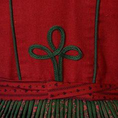 Wunderschönes edles Dirndl mit einem Oberteil aus rotem und grünen Leinen, mit Paspeln und Borten verziert. Der Rock ist aus rot-grünem Baumwolldruck.  Mit dabei ist eine passende rote Schürze...