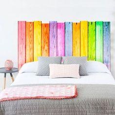 Vinilo decorativo de listones de madera, con colores alegres para decorar el cabecero de tu cama de un modo muy alegre.