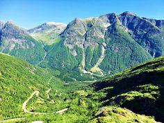 I et land med høye fjell, dype daler og fantastisk natur er der utallige utkikkspunkt å oppdage. Det nye og vel tilrettelagte utkikkspunktet, Utsikten, som ligger på toppen av Gaularfjellet er intet unntak. Dette er ett av de stedene du vil angre på at du ikke stoppet for å ta inn den fantastiske utsikten. Bli med til Utsikten - et fantastisk nytt utkikkspunkt på Gaularfjellet Half Dome, Norway, Travel Tips, Mountains, Nature, Voyage, Naturaleza, Travel Advice, Nature Illustration