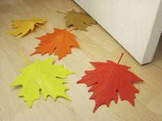 Unas bonitas hojas de otoño como sujeta-puertas. Prueba a realizarlas reciclando recipientes de plástico (como el de lejía).