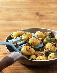 Wer sucht noch eine leckere Beilage zum festlichen Braten? Wie wäre es mit knusprigen Bratkartoffeln mit Walnüssen und Petersilie?