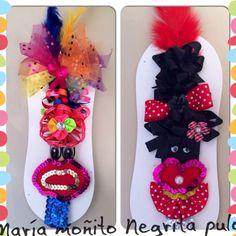 Cintillos María moñito y negrita puloy 4th Of July Wreath, Carnival, Halloween, Tattos, My Style, Decor, Stud Earrings, Bangle Bracelets, Beautiful Things