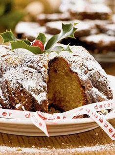 En god og fyldig kage med smag af marcipan og appelsin. Pyntet med et bånd, kristtjørn og et rødt cocktailbær tager den sig flot ud på kaffebordet.