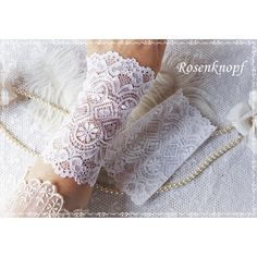 Elegante Spitzenstulpen aus elastischer Spitze mit floralem Muster in Reinweiß.