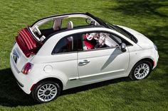 Ma petite voiture va dans le garage.  La voiture est blanche et rouge avec un toit rouge.