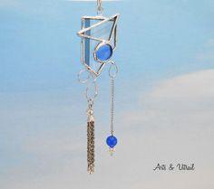 Bijou de fenêtre, attrape-soleil, verre noir et cabochon en verre fusion bleu, tassel argent et perle de verre - Produits fabriqués au Québec par Arts & Vitrail